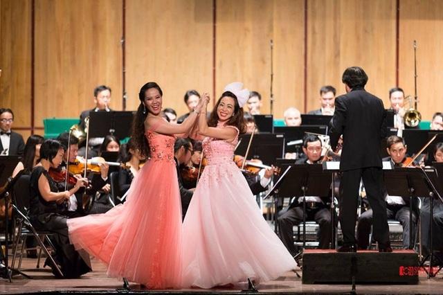 Khánh Ngọc (bên trái) trong một chương trình biểu diễn tại TP HCM.