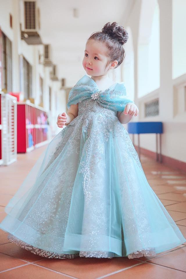 Không ít lần, cô bé xuất hiện với những set đồ với phong cách giống hệt mẹ từ trang phục cho đến phụ kiện. Nhóc tì 2 tuổi biết tạo dáng với váy áo, giày dép, túi xách hàng hiệu không kém gì mẹ.