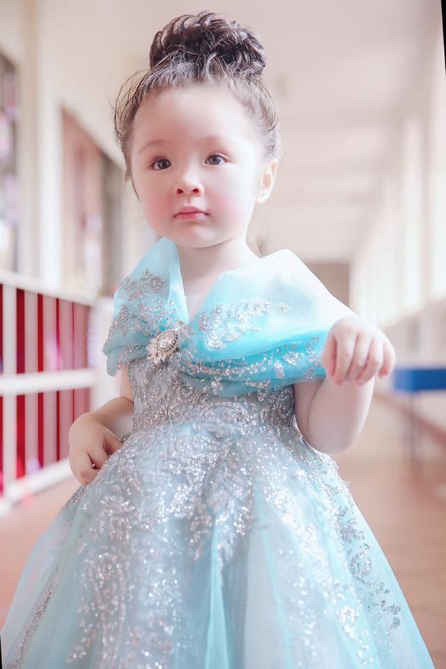 Chiếc váy được làm kì công trong nhiều ngày, cả ngày lẫn đêm, tỉ mỉ từng đường kim mũi chỉ vì Elly Trần muốn con gái phải thật rạng rỡ.