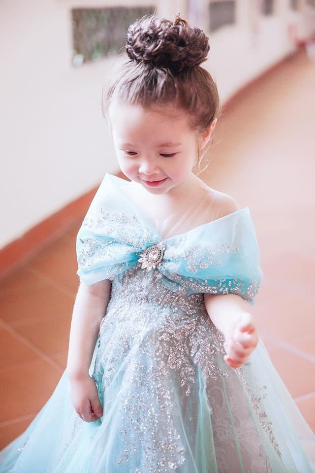 """Elly Trần là """"bà mẹ bỉm sữa"""" vốn được biết đến là bà mẹ rất chăm chút cho phong cách thời trang của con. Ngay từ nhỏ, Cadie cũng đã được mẹ Elly Trần chuẩn bị và chăm chút rất nhiều váy áo xinh xắn đáng yêu."""