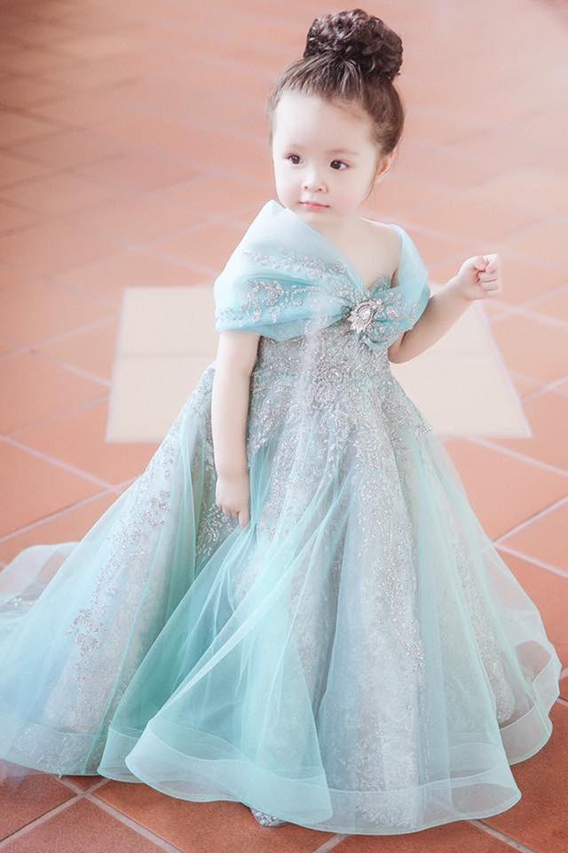 Cô bé thường xuyên xuất hiện cùng mẹ với hàng loạt shot hình diện đồ đôi cực đáng yêu do Elly đăng tải trên Facebook cá nhân.