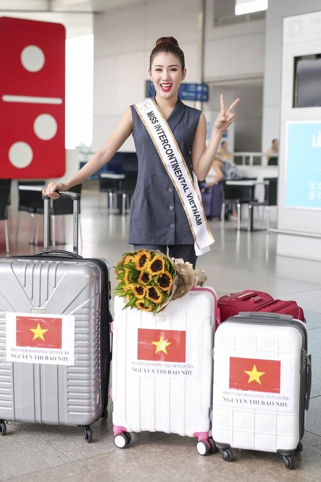 Đại diện Việt Nam tham gia Miss Intercontinental 2016 xuất hiện giản dị và trẻ trung tại sân bay. Cô mang theo hành trang sang Sri Lanka gồm 3 valy với đầy đủ các trang phục, dụng cụ cần thiết cho 2 tuần sắp tới tại đất nước Nam Á.