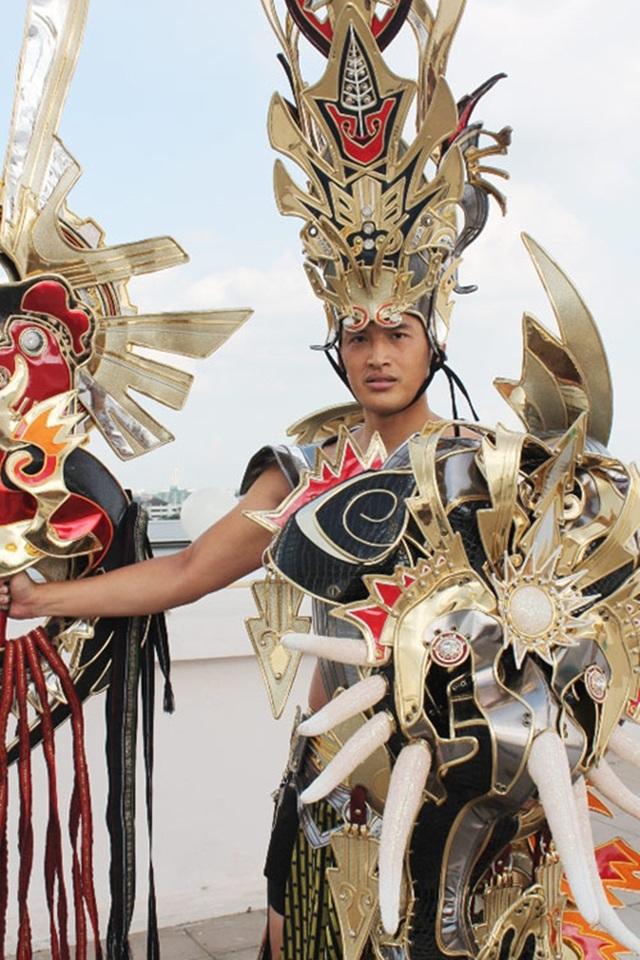 """Đỗ Bá Đạt từng được biết đến với danh xưng người mẫu 194 cm, anh tham gia cuộc thi """"Mister Việt Nam 2010"""" và đoạt ngôi Á vương 2. Tham dự Mister International 2012, Đỗ Bá Đạt giành giải phụ """"Thí sinh có trang phục dân tộc đẹp nhất""""."""