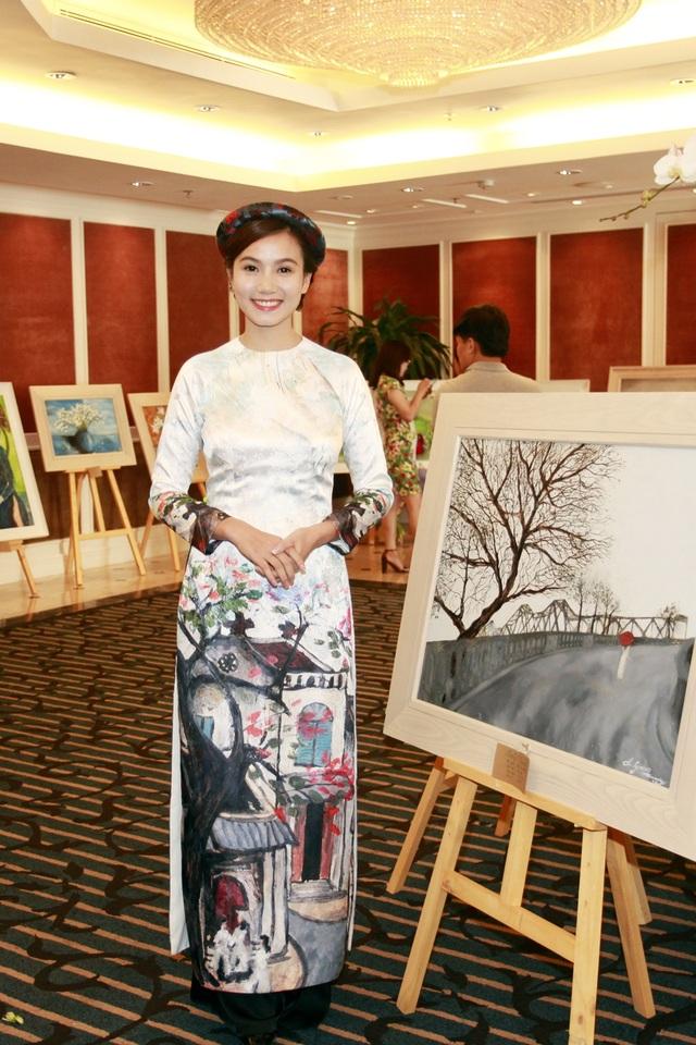 Lương Giang giới thiệu về một trong số 3 bức tranh với nhân vật trung tâm là thiếu nữ mặc áo dài trắng mà cô sáng tác ngay trên cầu Long Biên.