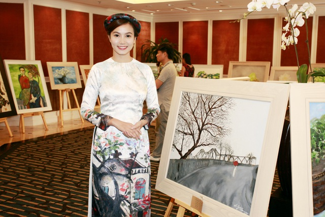 Lương Giang dịu dàng trong tà áo dài với họa tiết phố cổ Hà Nội.