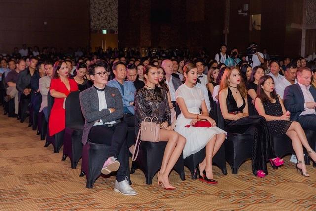 Hai người đẹp và nam MC cùng được mời hàng ghế đầu.