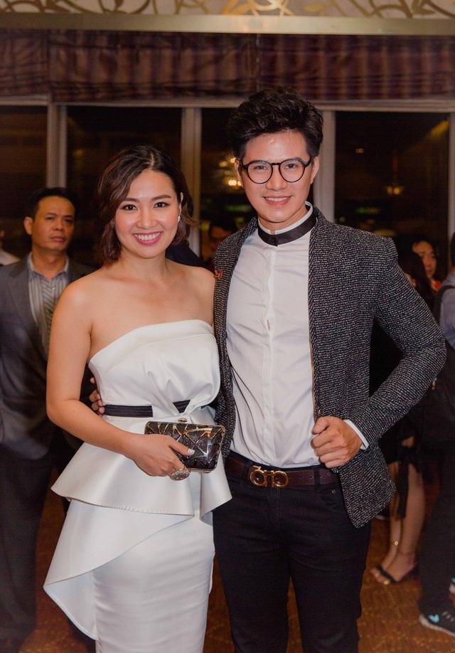 Lê Khánh chọn một thiết kế màu trắng lạ mắt.