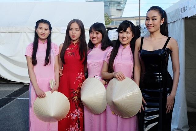 """Phương Ly được nhận xét là vừa gợi cảm nhưng vẫn mang nét văn hóa dân tộc trong phần trình diễn của mình, cô còn được khen ngợi về vẻ ngoài xinh đẹp, tươi tắn của mình, một khán giả tại Nhật đã ưu ái gọi Phương Ly là """"mỹ nhân người Việt"""", khiến cô rất thích thú."""