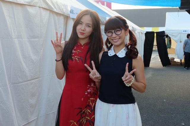 """""""Phương Ly đã cảm thấy rất thích thú nhưng cũng vô cùng hồi hộp khi được mời tham gia chương trình festival lần này vì đây là cơ hội để giới thiệu văn hóa cũng như các ca khúc của Việt Nam đến bạn bè quốc tế và cộng đồng người Việt ở Nhật, cô nói."""