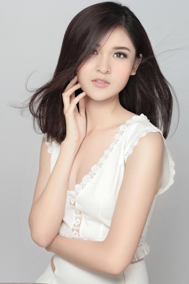 Lâu nay, nhiều người nhận xét gương mặt của cô thay đổi khá rõ tùy theo phong cách trang điểm khác nhau. Tuy nhiên, phong cách trong trẻo, nhẹ nhàng giúp Thùy Dung ăn điểm.