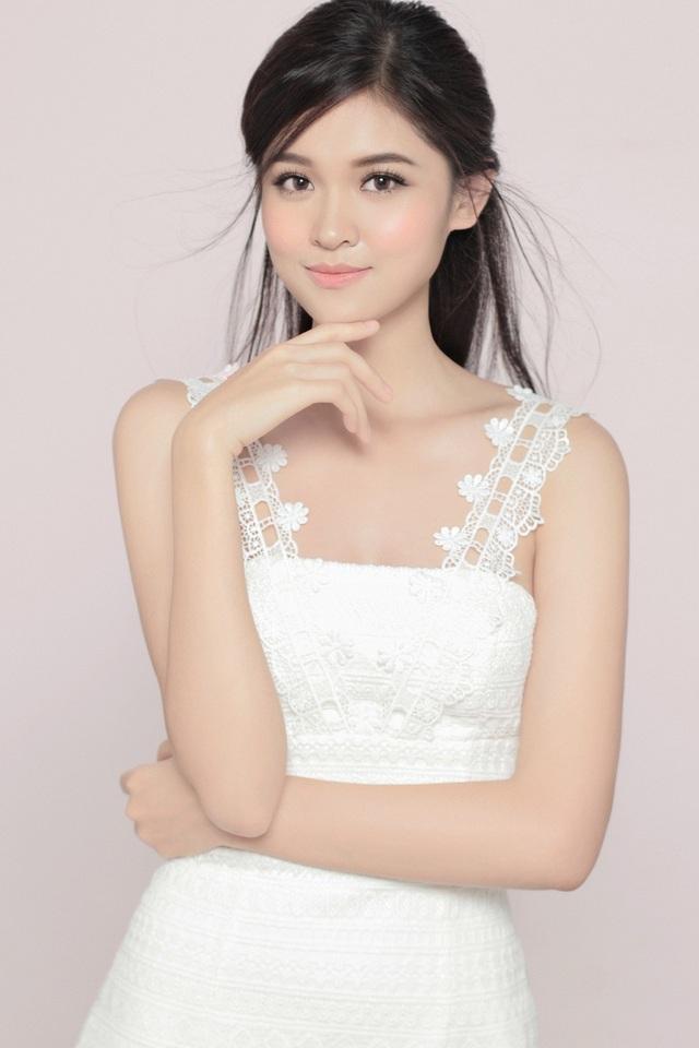 Trong bộ ảnh mới của cô, ấn tượng đầu tiên là sự mộc mạc và giản dị của Á hậu. Phông nền đơn sắc, trang phục tông trắng làm tổng thể bộ ảnh sở hữu vẻ nhẹ nhàng, duyên dáng.