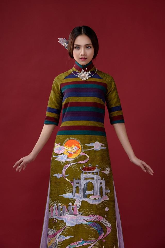 """Vẻ đẹp vừa phảng phất truyền thống, vừa tươi mới của Tố Như thu hút sự chú ý của khán giả khi cô xuất hiện trong các thiết kế áo dài thuộc chủ đề """"Cổng làng"""" của NTK Lan Hương."""