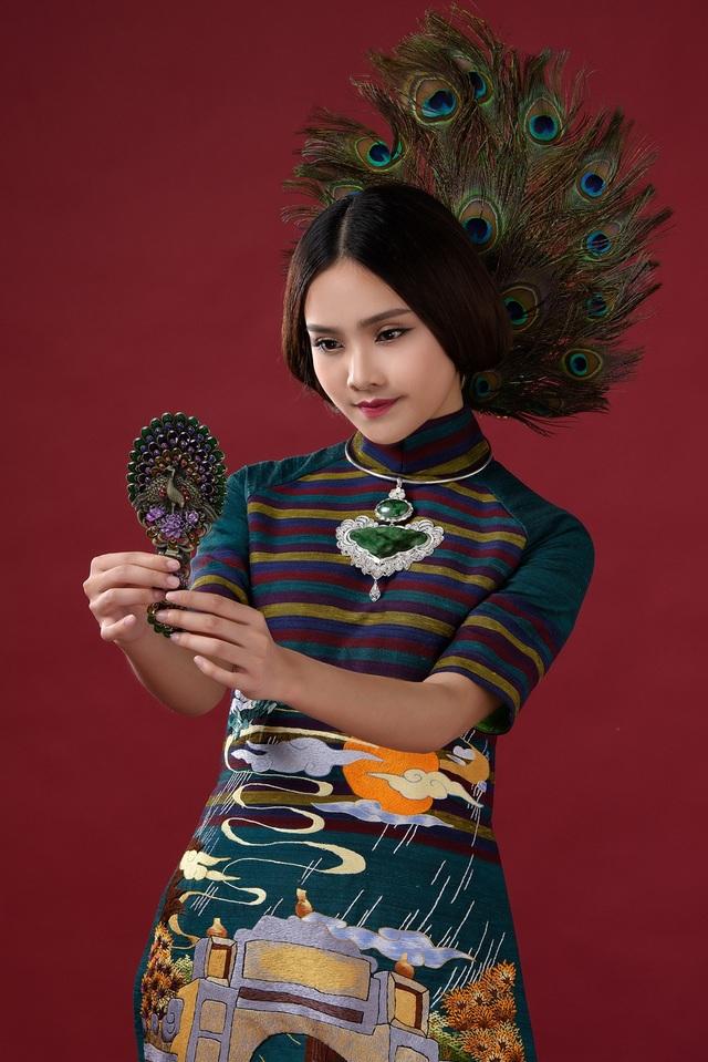 """Và Lan Hương đã chuyển tải những nét đẹp nhuốm màu thời gian một cách sinh động trên những tà áo dài mang chủ đề """"Cổng Làng""""."""