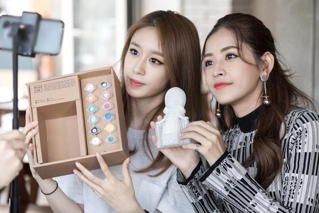 Trong khi đó, Ji-yeon tặng Chi Pu một bức tượng tô màu phỏng theo hình dáng của nữ ca sĩ...