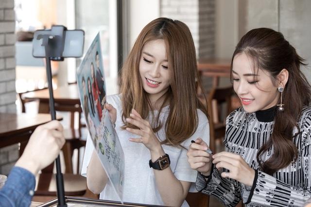 Trước đó, T-ara cũng từng gửi quà từ Hàn Quốc kèm chữ ký tặng Chi Pu. Ngoài ra, Ji-yeon còn nhiệt tình ký tên lên poster web-series Tỉnh giấc tôi thấy mình trong ai để tặng fan Việt Nam.