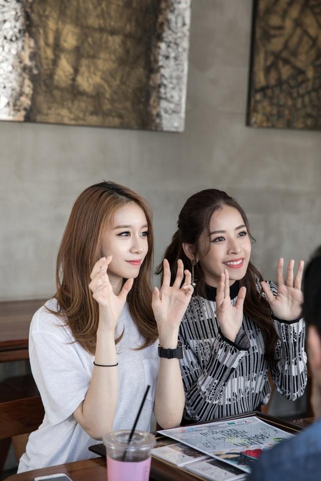 Ji-Yeon rất đáng yêu. Hi vọng những dịp tới cả hai sẽ hợp tác nhiều hơn với nhau, Chi Pu chia sẻ. Cả hai vẫy tay chào fan và chụp ảnh selfie cùng nhau trước khi chia tay.