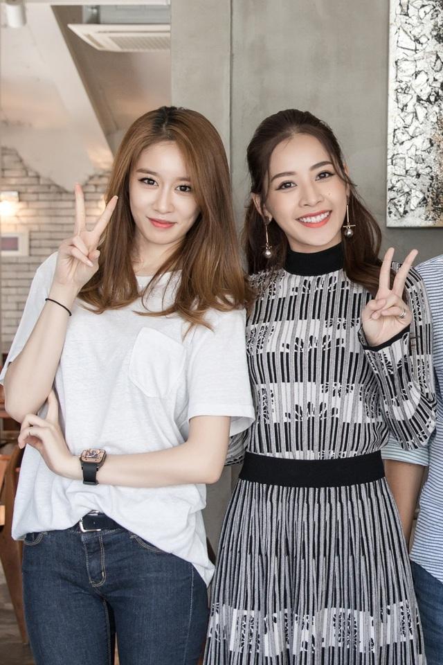 Vừa sang Hàn Quốc, Chi Pu gây bất ngờ khi có buổi gặp gỡ thân mật với Ji-yeon, thành viên xinh đẹp của nhóm T-ara. Trong khi Ji-yeon diện quần jeans áo thun trắng giản dị, Chi Pu cuốn hút với váy phối cùng khuyên tai tạo điểm nhấn. Trong cuộc trò chuyện, Ji-Yeon cảm thấy bất ngờ khi biết cả hai bằng tuổi, lại sinh cùng tháng với Chi Pu.