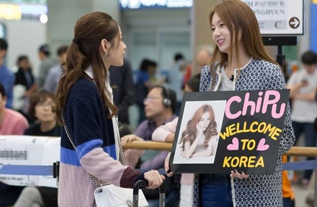 Vừa đáp chuyến bay đến Seoul, nữ diễn viên người Việt đã nhận được sự tiếp đón chu đáo của Á hậu Lee Sarah. Chi Pu được nhật báo Hàn Quốc mời tham dự sự kiện trải nghiệm văn hóa xứ sở kim chi.