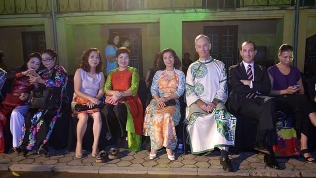 Các vị khách quốc tế thích thú thưởng lãm vẻ đẹp của tà áo dài Hà Nội.