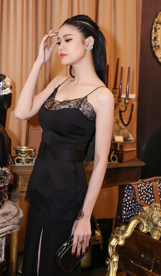 Nữ ca sĩ Trương Quỳnh Anh chọn cho mình tông đen huyền bí. Cô xuất hiện một mình thay vì đi cùng chồng, con như những sự kiện gần đây.