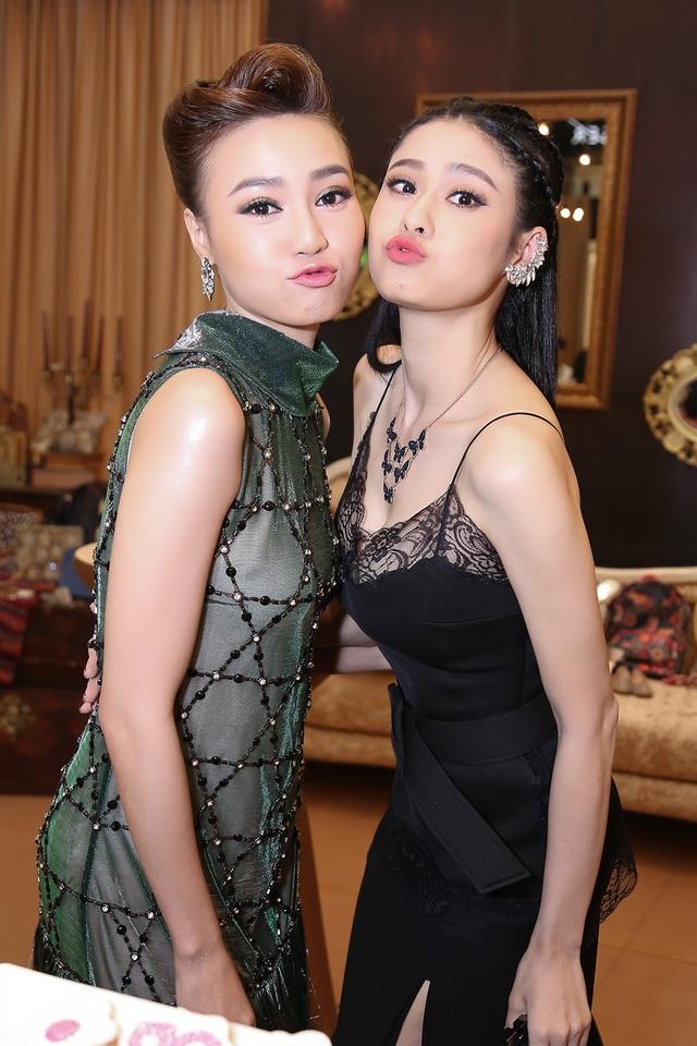 Ninh Dương Lan Ngọc và Trương Quỳnh Anh khá thân thiết với nhau. Cả hai thoải mái ghi lại nhiều khoảnh khắc.