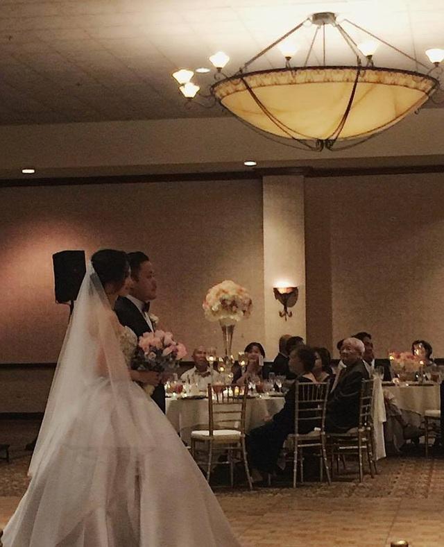 Lý do khiến cặp đôi tổ chức đám cưới tại Mỹ là vì trước khi về Việt Nam lập nghiệp, Victor Vũ là đạo diễn Việt kiều. Anh sinh ra và lớn lên ở Bắc Hollywood thuộc tiểu bang California (Mỹ), từng tốt nghiệp cử nhân sản xuất phim từ Đại học Loyola Marymount. Được biết, nhiều bức ảnh ghi lại những khoảnh khắc đẹp về hành trình tình yêu của cặp đôi đã được chiếu lại trong đám cưới tại Mỹ. Cả hai cũng thực hiện các nghi thức cắt bánh, rót rượu giao bôi.