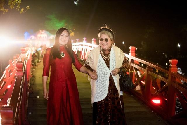 NSƯT Minh Vượng được nghệ nhân áo dài Lan Hương gửi gắm vai bà mối tại các đám cưới xưa.