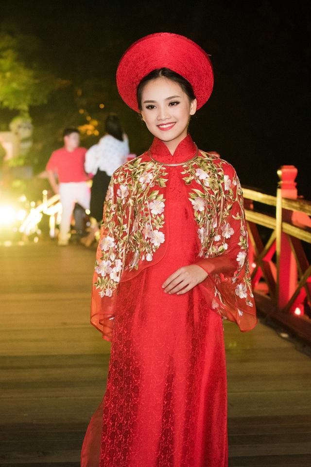 Tố Như - người đẹp bước ra từ cuộc thi Hoa hậu Việt Nam 2016 xuất hiện với vai trò vedette của cả 3 BST.