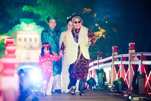 NSƯT Minh Vượng bất ngờ xuất hiện với vai trò người mẫu.