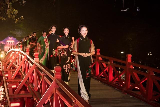 Chương trình diễn ra bên Hồ Gươm, cầu Thê Húc lung linh ánh sáng. Tham gia chương trình là sự góp mặt của đông đảo các văn nghệ sĩ Thủ đô Hà Nội. Điểm nhấn của toàn bộ sự kiện văn hóa là phần trình diễn của các nghệ sĩ, người mẫu trong 3 bộ sưu tập áo dài của Nghệ nhân Áo dài - Nhà thiết kế Lan Hương. Nghệ nhân Áo dài Lan Hương là người duy nhất đảm trách mảng thời trang Áo dài của chương trình.