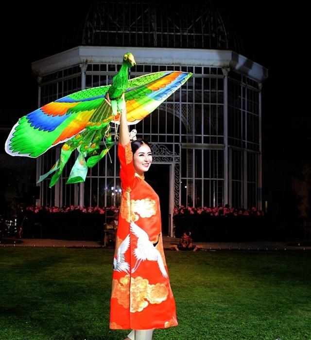 Hoa hậu Ngọc Hân trình diễn áo dài tại Pháp tháng 9 vừa qua.
