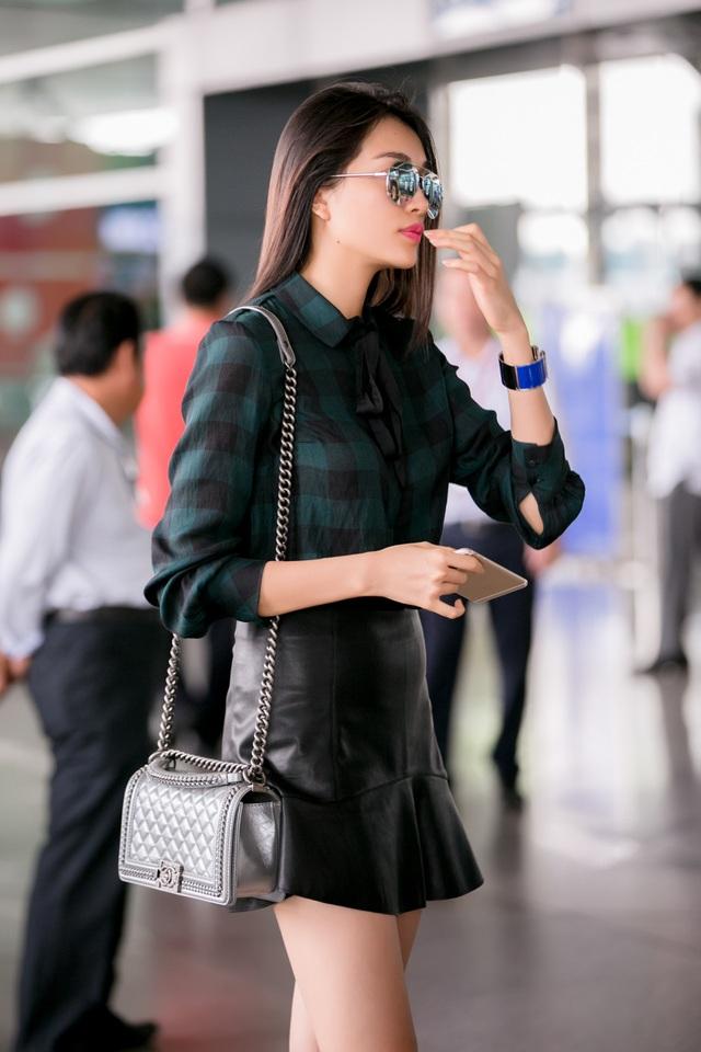 Mới đây, Á hậu Lệ Hằng cùng gia đình xuất hiện tại sân bay Tân Sơn Nhất. Người đẹp sinh năm 1993 có buổi chia tay bố mẹ trước khi họ lên đường sang Mỹ sinh sống.