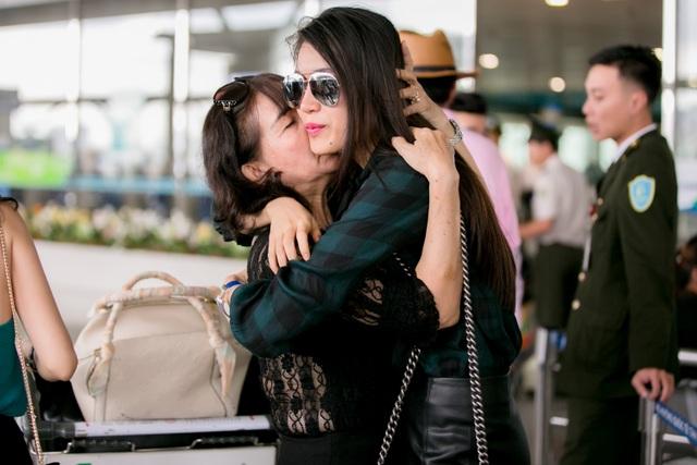 Hai mẹ con Á hậu dành cho nhau những cử chỉ ôm ấp.