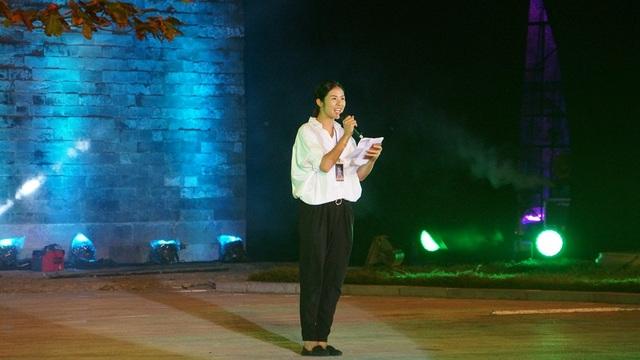 Hoa hậu Ngọc Hân giản dị làm MC tại buổi tổng duyệt.