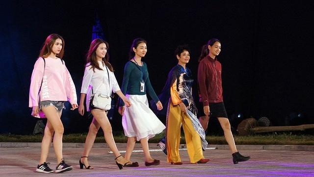 Dàn người mẫu xuất hiện cùng NSND Minh Châu.