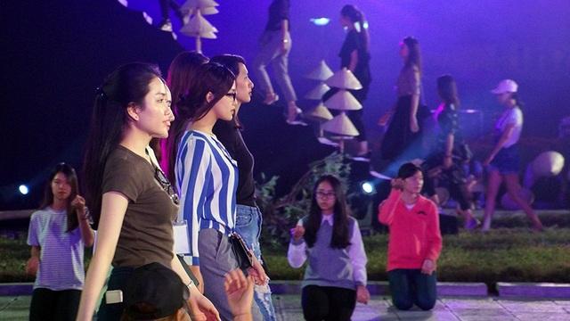 Xuất hiện trong dàn người mẫu là Tố Như (áo trắng xanh) - người đẹp bước ra từ cuộc thi Hoa hậu Việt Nam 2016.
