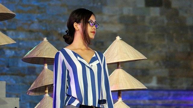 """""""Mặc dù đã được diễn với nhiều trang phục khác nhau nhưng mỗi khi được khoác lên mình tà áo dài Việt Nam lúc nào Tố Như có cảm xúc rất đặc biệt. Áo dài là biểu tượng, là trang phục truyền thống của người phụ nữ Việt Nam, đại diện cho cả vẻ đẹp trí tuệ và tâm hồn. Tôi hi vọng tất cả mọi người tham gia chương trình cũng như khán giả theo dõi qua màn ảnh nhỏ cũng sẽ có chung cảm xúc giống tôi"""", cô nói."""