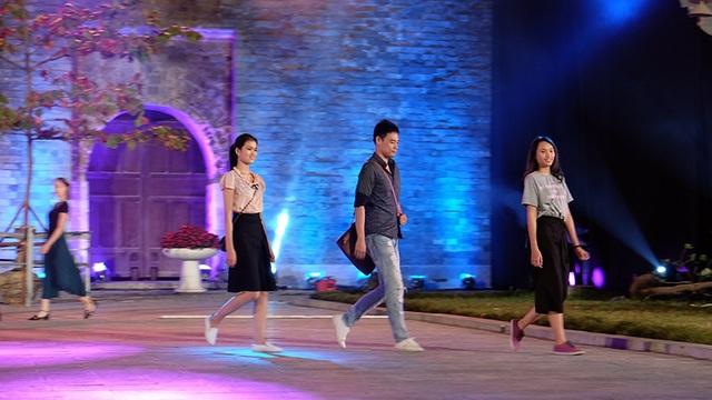 Một trong số những người mẫu nam sẽ trình diễn áo dài trong Lễ khai mạc.