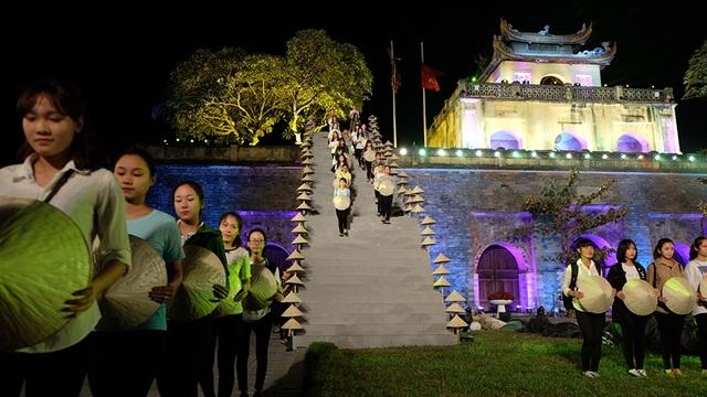 Màn múa nón đẹp mắt của các nữ sinh viên đến từ Học viện Phụ nữ Việt Nam.