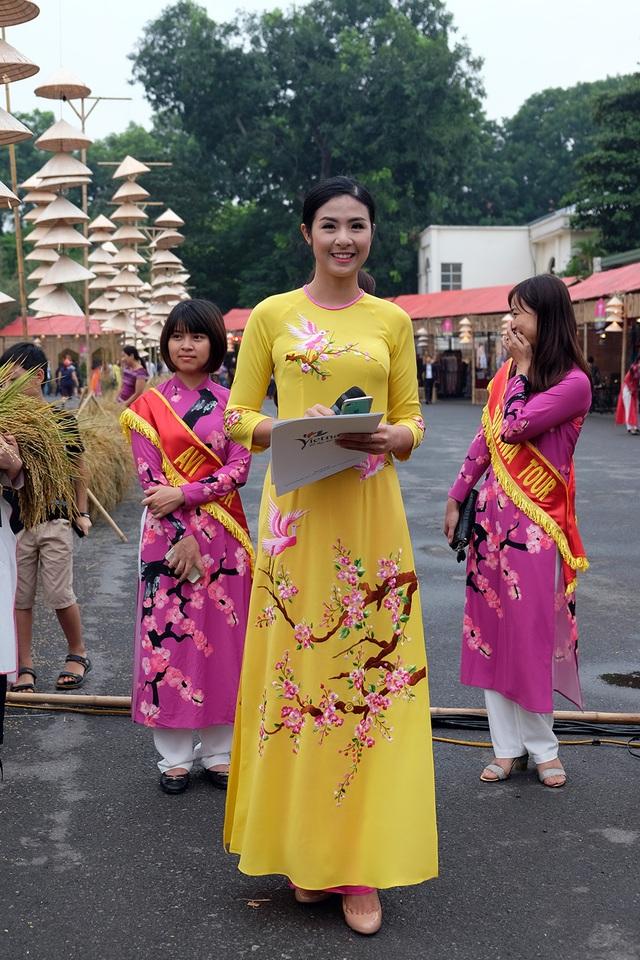 Hoa hậu Ngọc Hân là MC buổi lễ khai mạc.