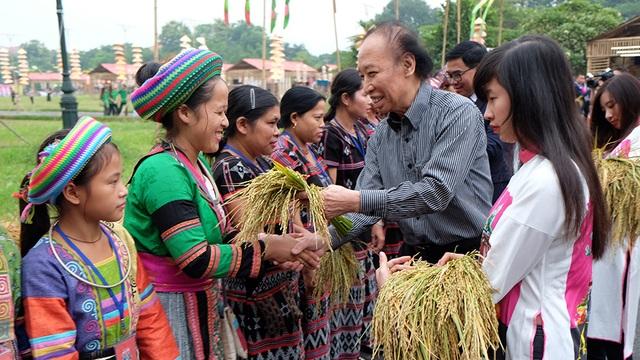 Nhà báo Phạm Huy Hoàn, Tổng Biên tập báo điện tử Dân trí - đơn vị đồng tổ chức Festival gặp gỡ các nghệ nhân, nhà thiết kế tham gia chương trình.