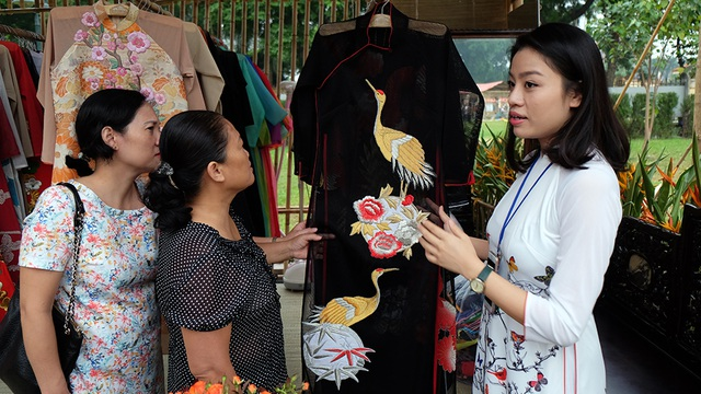 Ngay từ 16h, rất nhiều khách tham quan đã đến với Festival Áo dài Hà Nội 2016, hỏi mua sản phẩm của các nhà thiết kế. Trong ảnh là NTK Phương Thanh cùng khách tham quan.