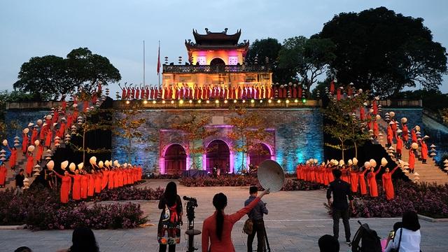 Sân khấu chính của Festival Áo dài Hà Nội 2016 tại Quảng trường Đoan Môn - Khu di tích Hoàng thành Thăng Long trước giờ G.