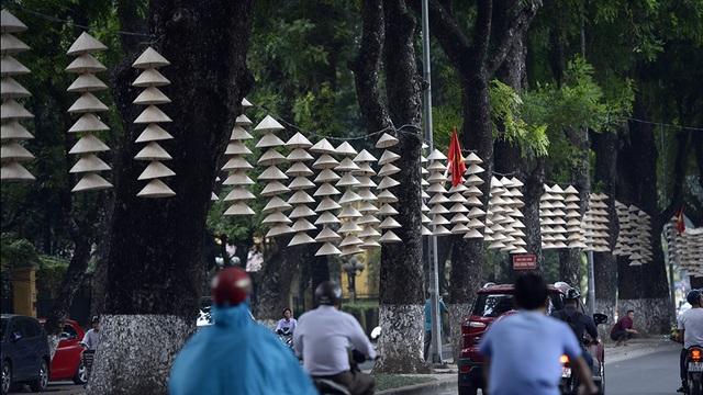Đèn nón lá được treo dọc đường Hoàng Diệu, tạo nên một Hà Nội như thơ, như mơ trong những ngày cuối thu Hà Nội.