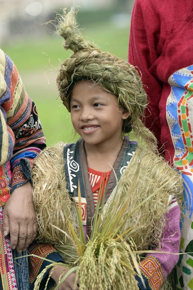 Các em bé dân tộc đến với Festival.