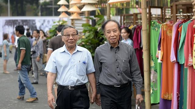 Nhà báo Phạm Huy Hoàn - Tổng Biên tập báo Dân trí cùng nhà báo Nguyễn Lương Phán - Phó Tổng Biên tập báo Dân trí đi thăm gian hàng của các nhà thiết kế.