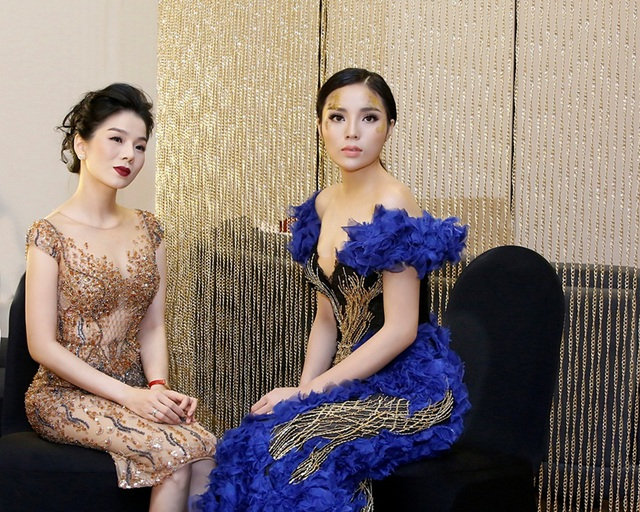 Xuất hiện với vai trò nữ ca sĩ, Lệ Quyên vui vẻ trò chuyện với Hoa hậu Kỳ Duyên khi đàn em đảm nhiệm vai trò người mẫu của buổi trình diễn.