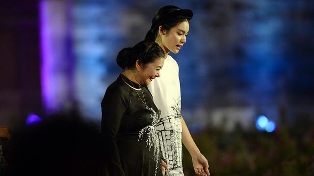 Khi ca khúc Hà Nội 49 vang lên, NSƯT Thanh Loan bước ra một cách thanh lịch, tinh tế.