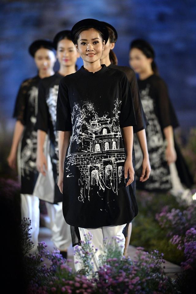 Trong đêm khai mạc Festival Áo dài Hà Nội 2016, NTK Cao Minh Tiến đã mang lên sân khấu những kí họa đầy chất thơ về Hà Nội được anh thể hiện trực tiếp trên tà áo dài.