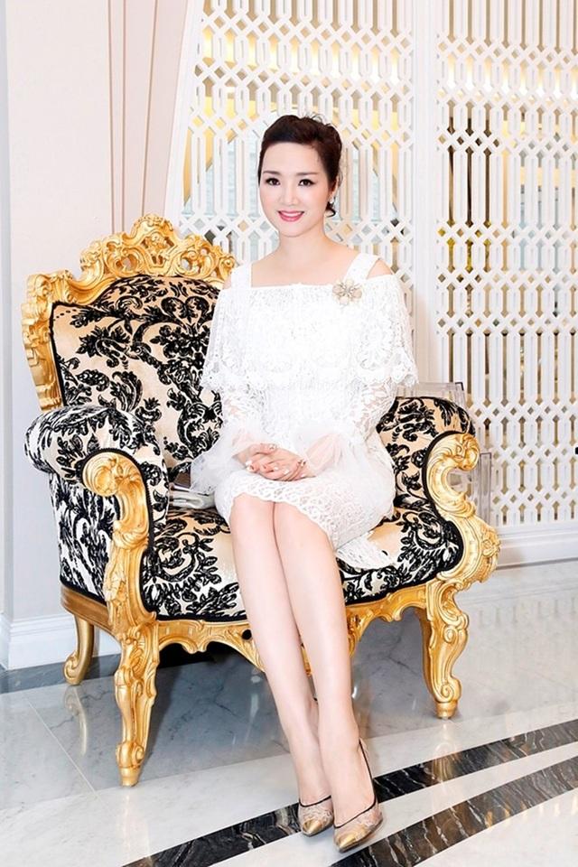 Hoa hậu Giáng My mới chuyển nhà về biệt thự mới sang trọng, xa hoa. Biệt thự của Giáng My được trang hoàng theo phong cách châu Âu.